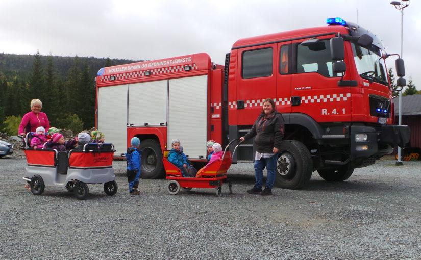 Brannbilen kom til Elvland natur- og kulturbarnehage!